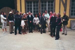 Monsieur Brousse emmène le groupe dans un circuit très intéressant autour de la cathédrale. Ici: devant la maison de l'œuvre.