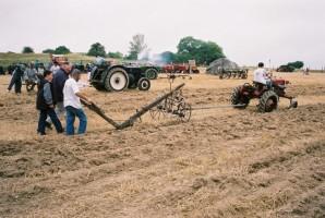 Gérard Mugot au labour: un tracteur ou un cheval