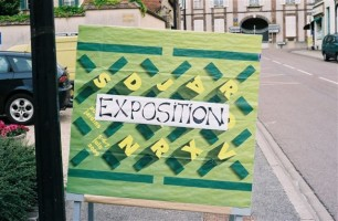 L'affiche de l'exposition devant la salle des associations de la municipalité