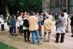Devant la facade fortifiée du château de Fleurigny